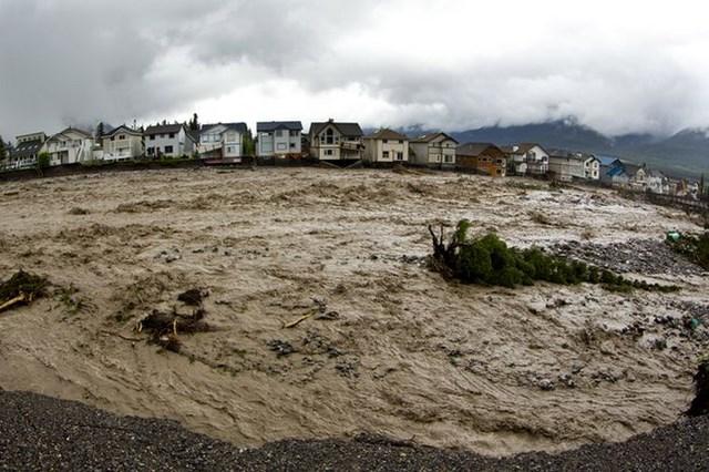 Спас друга во время наводнения (5 фото)