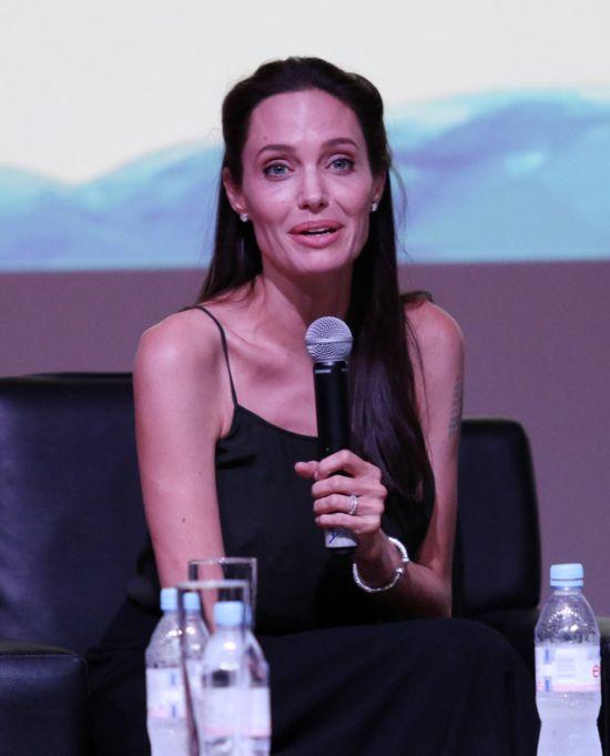 Поклонники Анджелины Джоли обеспокоены её здоровьем (6 фото)